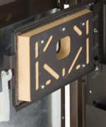 Vermiculite isolatie op de deur van de ketel